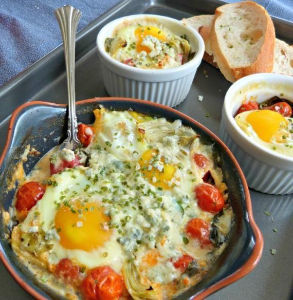 Ovos assados com alcachofra, espinafres e queijo