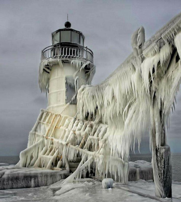 Farol congelado em um lago de Michigan (EUA) frozen-lighthouse-st-joseph-north-pier-lake-michigan-1