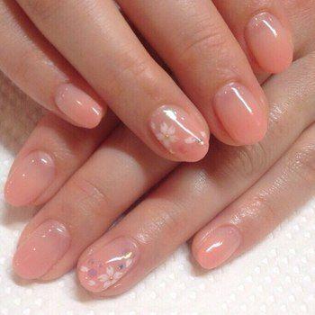 和装にピッタリの桜のアートネイル。ブライダルではもちろん、薬指を強調しましょう。