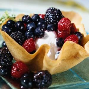 Low-calorie desserts: Cookie Cups with Lemon Thyme-Scented Berry Compote