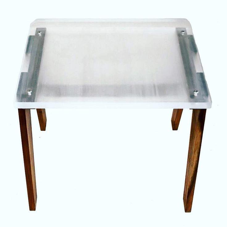 banca de acrílico transparente y madera tzalam. pieza única diseño de Carlos Viveros