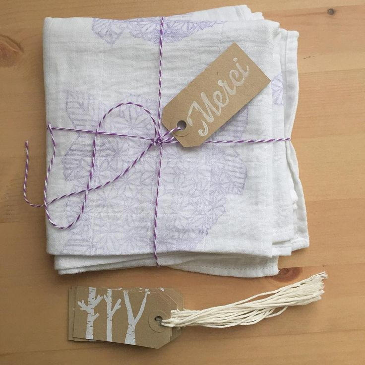 Le premier des 6 langes pour bébé en édition limitée imprimé d'un motif hortensia vient de partir pour Los Angeles avec un pack d'étiquettes de Noël.  Ça me fait toujours quelque chose : un mélange de fierté et un petit pincement au cœur ! ------------------------------------------ The first of six limites édition muslin baby blanket with a hydrangea pattern printed just left for Los Angeles with a pack of Christmas labels. It always does something to me: a mixture of pride and a twinge of…