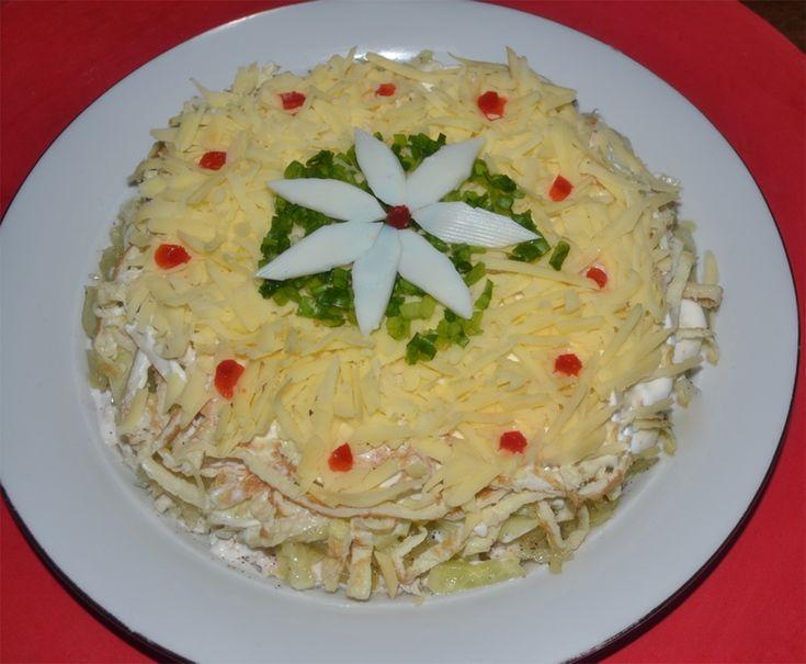 Vă prezentăm o rețetă de salată în straturi, cu pui și cașcaval. Aceasta se prepară din cele mai simple ingrediente, iar în rezultat obțineți o adevărată vedetă pe masa de sărbătoare. La fel, este un deliciu ce poate fi cu ușurință servit la cina de familie. Bucurați-i pe cei dragi cu o salată savuroasă, aromată și sățioasă, ce cu siguranță va fi pe placul tuturor. INGREDIENTE – 1 piept de pui- 4-5 castraveți – 1 ceapă – 3 ouă – 70-80 g de cașcaval – 160 g de maioneză (maioneză de casă) – 2…