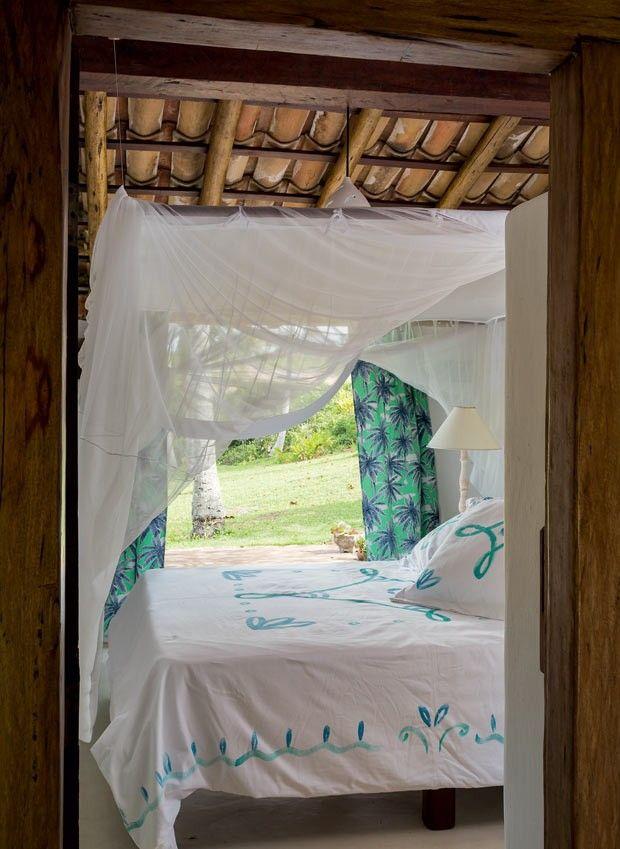 Quarto | A cama de madeira foi feita pelo artesão local Dati. Colcha pintada à mão pela artesã Silvinha Calazans. O abajur branco é do acervo da família. O mosquiteiro de tule de algodão foi feito pela costureira Miralva, em Trancoso (Foto: Evelyn Müller/Editora Globo)