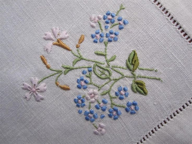 Exquisitely Hand Embroidered VintageTABLE CENTREPIECE with Four NAPKINS