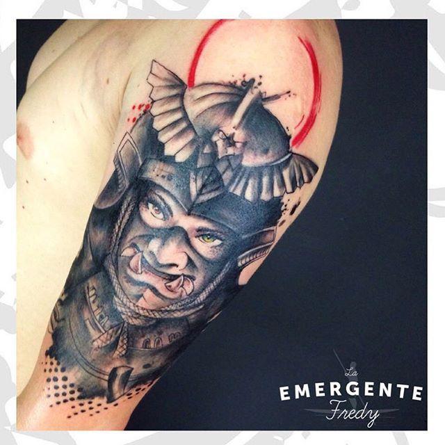 Feliz inicio de semana marineros  tatuaje de samurai por @fredygalindotattoo #watercolortattoo #watercolor #lanuevaemergente #laemergentecol #ink #tattoo #tatuaje #samurai #trashpolka