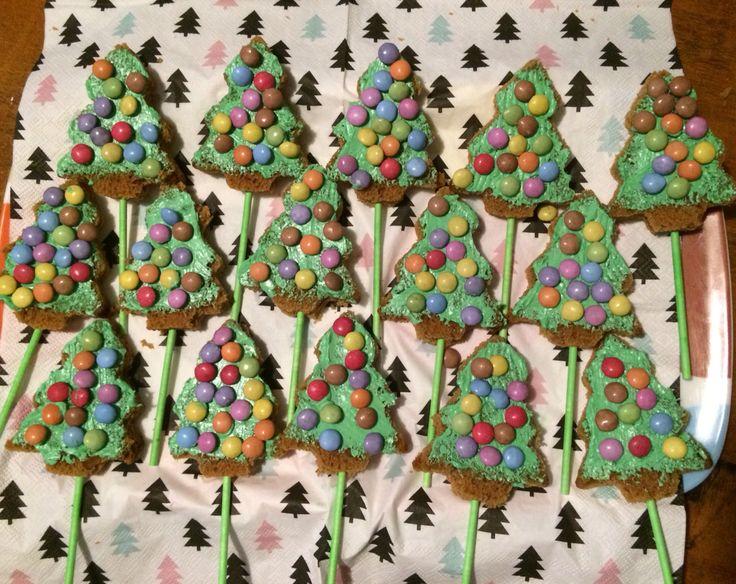 Kerst prikker ontbijtkoek met gekleurde boter en mini smarties. Leuke traktatie of voor kerstontbijt.