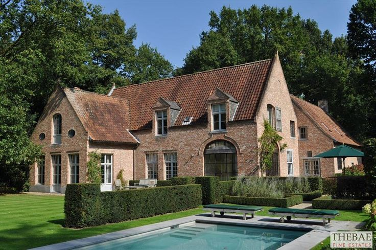 Recent eigentijds landhuis met prachtige details en hoogwaardige materialen van architect Stéphane Boens. Zeer rustig gelegen op 2.396 m2, in een groene omgeving nabij het centrum.Mooi aangelegde volwassen tuin met mozaïek buitenzwembad en automatisc