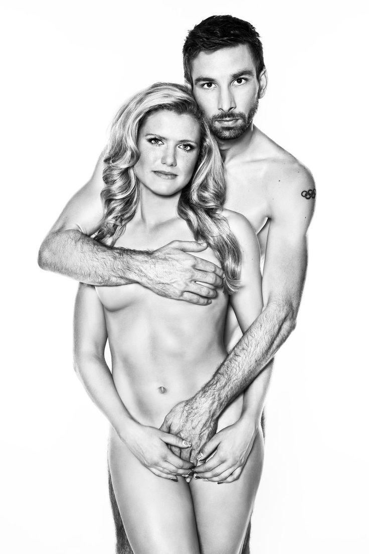 Ruce na prsa! Petr Koukal a Gabriela Soukalová svou nahotou upozorňují na nebezpečí rakoviny