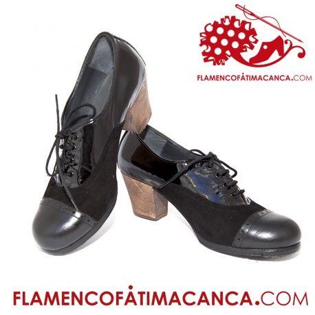 Modelo Chapín Calzado flamenco de línea clásica abotinado entero cubriendo todo el pie y atadura con cordones.Pieles y forros de 1º calidad. Suela doble de cuero cosida. Doble cantidad de clavos en puntera y tacón puesto uno a uno con pulido final. El proceso de fabricación de los zapatos es de unos 15/20 días.