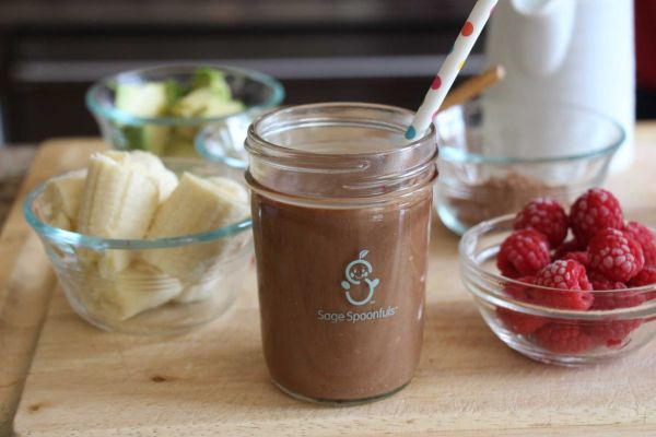 Liza Huber, founder of Sage Spoonfuls, shows New 12 Long Island's Elisa DiStefano how to make chocolate smoothie.