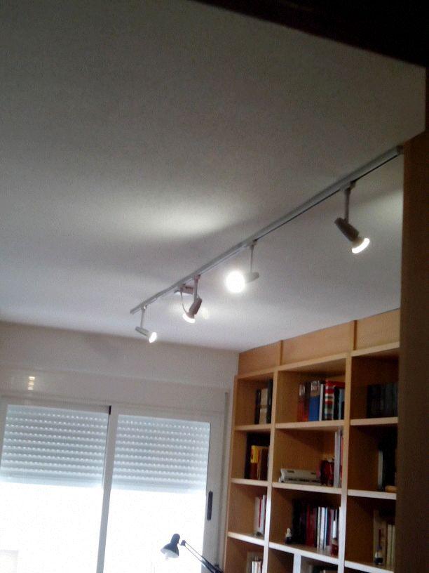 Rieles de focos, ideales para colocar en despachos, vestidores, etc., son practicos y funcionales les puedes añadir o quitar focos a tu gusto y asi tener en cada estancia la iluminación deseada