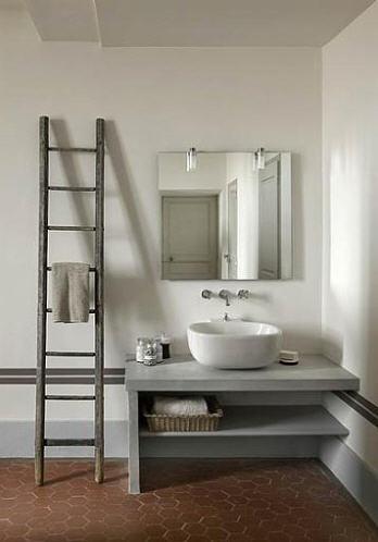 uma escada como porta-toalhas
