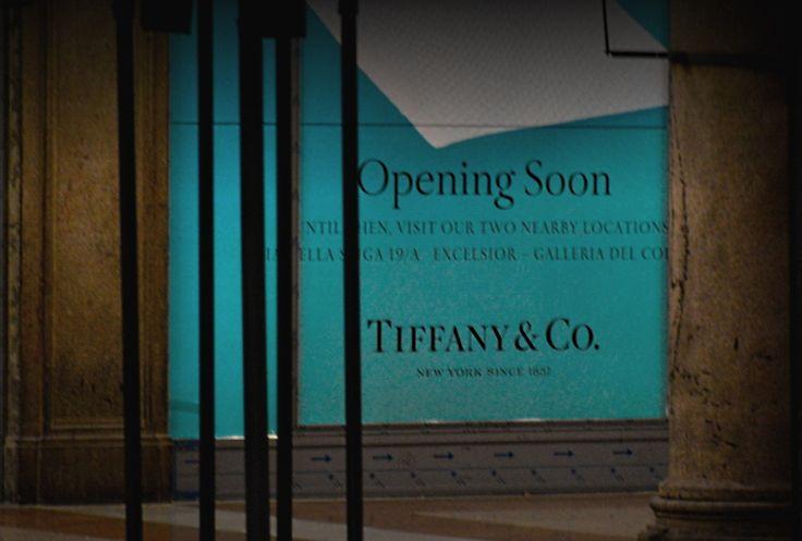"""Sarà inaugurata la prossima settimana, martedì 11 luglio, la terza boutique di """"Tiffany&Co."""" a Milano, in piazza Duomo, dopo quelle di via della Spiga e via del Corso.  Sarà il negozio del noto marchio di gioielli più grande d'Europa, con 1.000 metri quadrati di esposizione su due piani.   #""""Colazione da Tiffany"""" si potrà fare anche in Duomo: apre una boutique della nota gioielleria"""