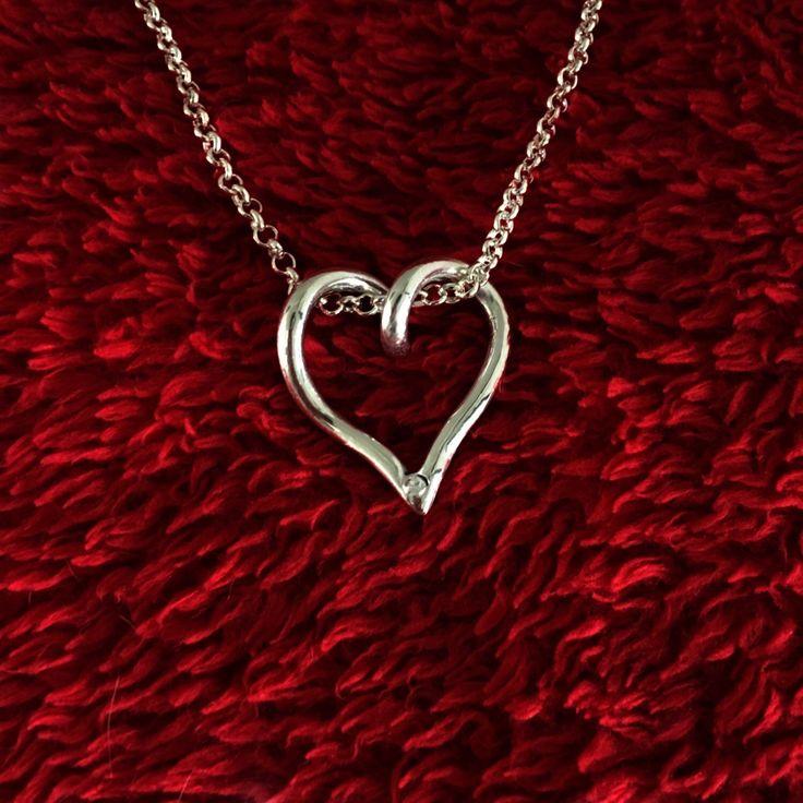Sierlijke hanger van puur zilver, ingezet met een 3 mm zirconia. Een prachtig kado voor Valentijnsdag, maar deze hanger zal zeker op elk moment gewaardeerd worden. Zowel met een korte als lange ketting te dragen.