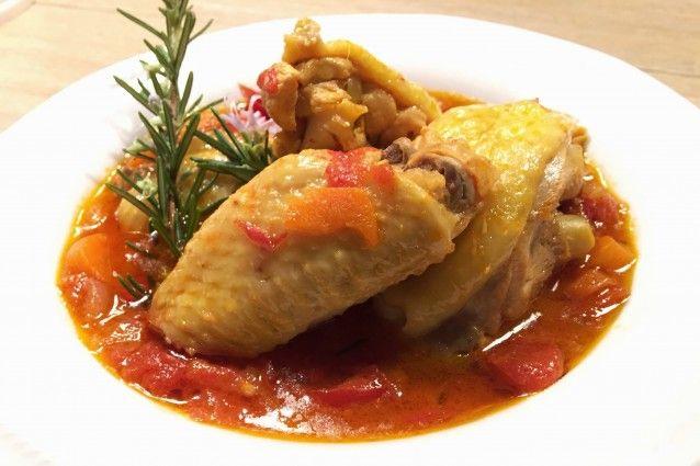 Il pollo alla cacciatora è un secondo piatto della tradizione culinaria toscana amato in tutta Italia. Lo abbiamo preparato secondo la ricetta classica che prevede l'utilizzo di carote, sedano, cipolle, vino da sfumare e pomodorini. In più tanti consigli sul vino da abbinare, sui contorni e su varianti alternative.