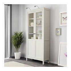 IKEA - HEMNES, Schrank mit Paneel-/Vitrinentür, weiß gebeizt, , Massivholz sorgt für eine natürliche Note.Kombination von Glastüren und Paneeltüren: für Dekoratives, das man gern zeigt - und zum verdeckten Verwahren von Ordnern, persönlichen Gegenständen usw.Durch integrierte Stopper lassen sich die Türen langsam und geräuschlos schließen.Die Schnappscharniere werden einfach und ohne Schrauben an der Tür angebracht.Mit versetzbaren Böden für bedarfsangepasste Aufbewahrung.Der untere Boden…