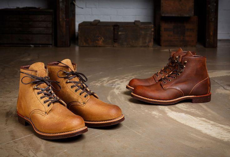 Mit dem Blacksmith präsentiert Red Wing Heritage den prototypischen Arbeiterschuh Nordamerikas. Das Leder des halbhohen Stiefels wird in der hauseigenen Gerberei für den harten Einsatz auf dem Bode...