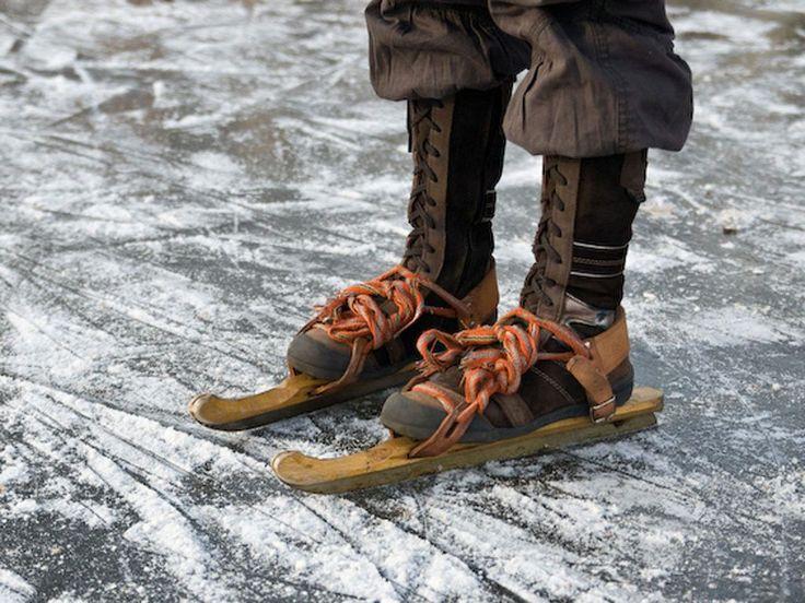 Houtjes! Mijn moeder bond ze thuis onder de laarzen en dan 'liepen' we erop naar de ijsbaan....