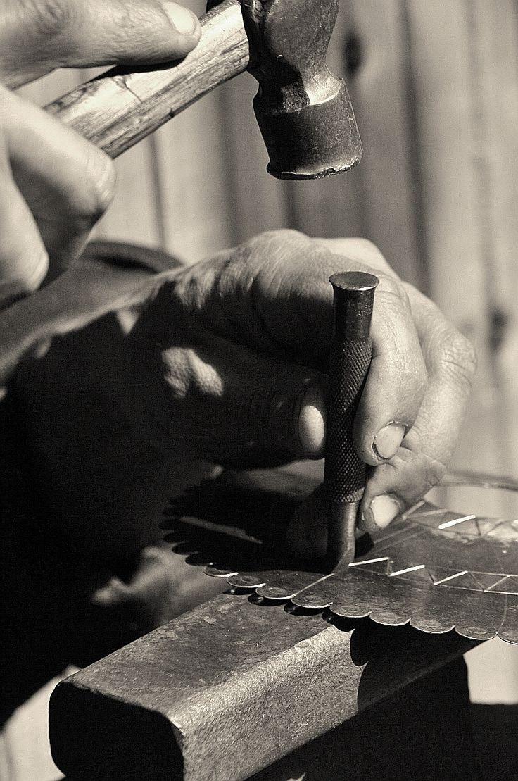 """Proceso de construcción de un """"Tupu"""" de gran tamaño, en el cual para su parte discal se empleó un plato antiguo de Plata Alemana de fabricación Inglesa. Su grabado se realizó mediante la técnica del cincelado por golpe."""
