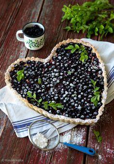 Mustikkahertan pehmeä sydän rakentuu valkosuklaa-vaniljatäytteestä. Marjoiksi kelpaavat hyvin myös esimerkiksi kipakat viinimarjat.