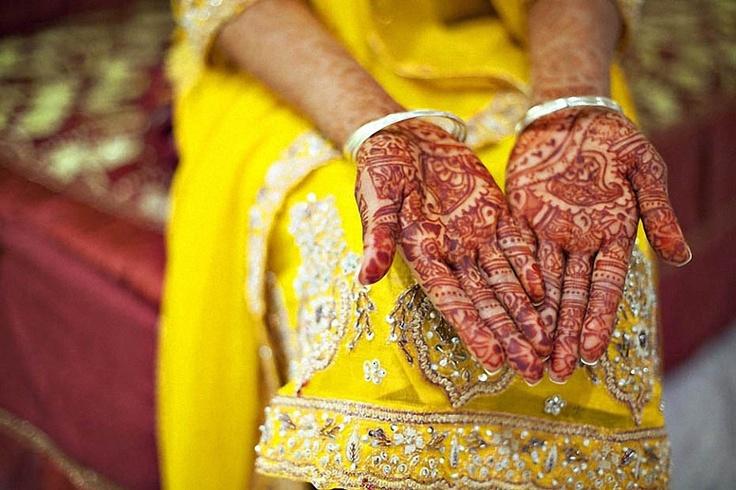 1. Пакистанская свадьба.  За несколько дней до свадьбы руки пакистанской невесты украшаются узорами из хны. Делается это специально, для церемонии Мехенди, обряда, который по поверьям должен принести удачу в будущую семью. (Photo:tela Chhe)