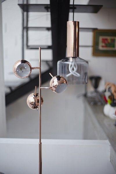 La forme des spots du lampadaire austin est inspir es des ann es 60 et 70 pour un effet r tro for Lampadaire salon