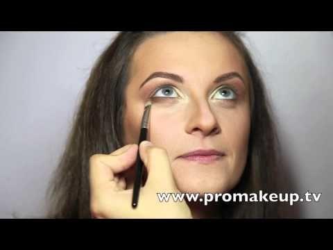 """Un artista del maquillaje llamado; Vadim Andreev, se ha dado a la tarea de probarle al mundo que cualquier mujer puede sacar a pasear su belleza y transformar su rostro solo con un buen maquillaje y el resultado obtenido es sorprendente. """"Empecé a tomar estas fotos del antes y después de sesiones de maquillaje a personas anónimas para mostrar cómo puede cambiar la gente, resultar más atractiva, mejorar su imagen y sentirse más felices"""", Dice el artista. encuentra en YouTube; Mister Vadim."""