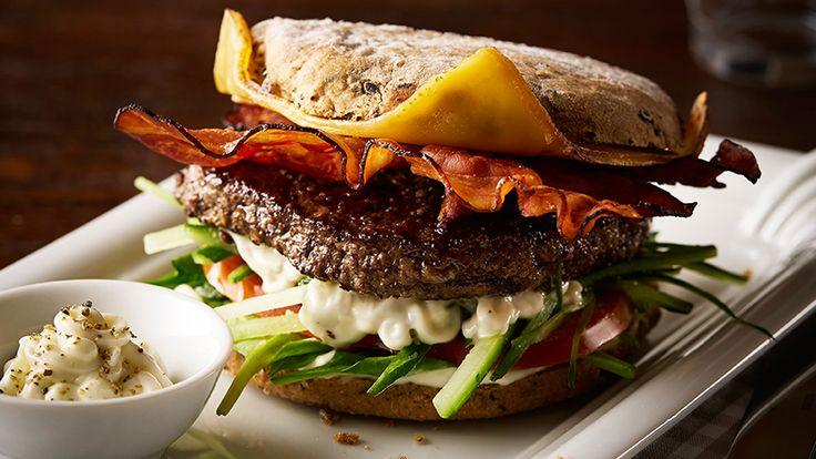 Připravte si recept na burger se sýrem a slaninou. Není nic lepšího než křupravá slanina s plátkem oblíbeného sýra, šťavnaté hovězí, pořádná porce Tatarské omáčky Hellmann's v křupavé housce. Připravte si jeden z nejoblíbenějších burgerů! Grilujte s námi a s chutí. Hellmann's prostě to nejlepší.
