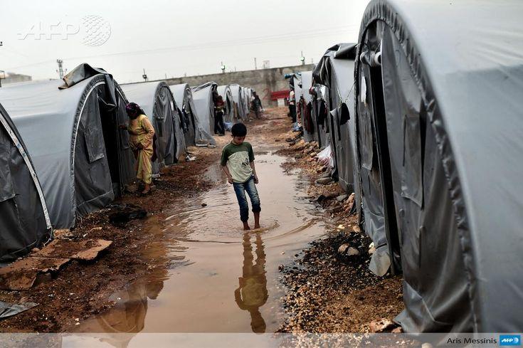 #Instantané Un jeune kurde qui a fui les combats à Kobane en Syrie, dans un camp de réfugiés à Suruç, en Turquie  #AFP