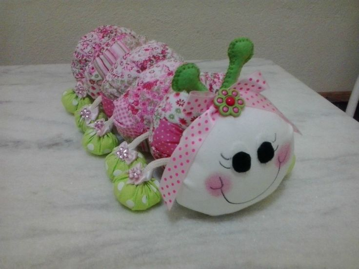 Centopeia de tecido fofa, pra deixar o quarto bem lindo e decorado, ideal para quarto de crianças e bebês.