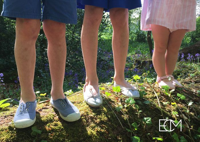 zapatos españoles, sesión de fotos, , moda infantil, zapatos niños, zapatos bebé, merceditas rosa, pisamonas zapatería infantil, zapatos verano, bailarinas, zapatillas con puntera, niños en árbol