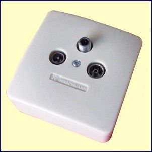 De FS302F is een antenne aansluitdoos, die u kunt gebruiken voor het aansluiten van een FM-tuner, een TV én een satelliet-ontvanger op één coax-kabel. De FS302F koppelt zonder problemen de gelijkspanning door (DC-feed) die nodig is voor het voeden van de LNB (ontvanger) in uw satelliet-schotel. Bruikbaar voor opbouw en inbouw, voor analoge en digitale kabel-TV en voor FM radio-ontvangst. http://www.vego.nl/hirschmann/fs302f/fs302f.htm