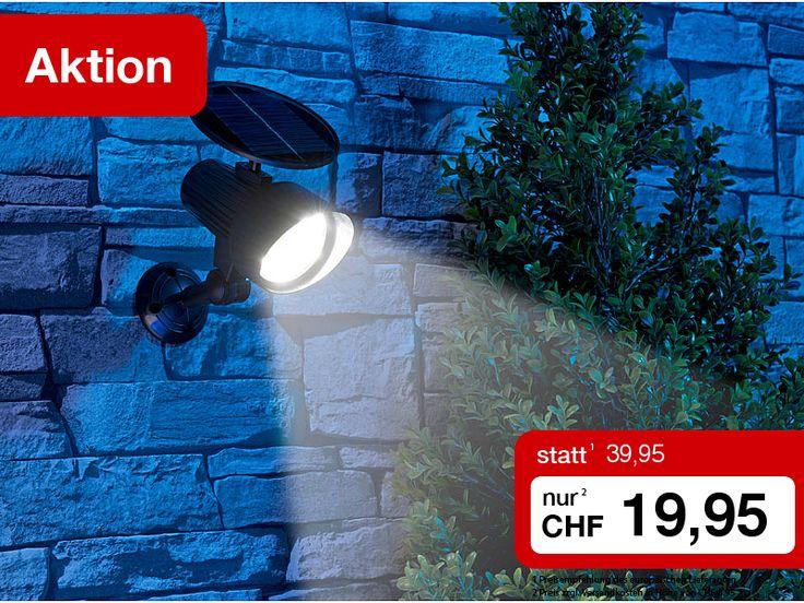 Genial: Solar-LED-Wandleuchte und Einbrecherabschreckung in einem!  Mit Ihrer neuen Leuchte erhellen Sie dunkle Ecken rund ums Haus. Aber nur, wenn es nötig ist, denn die Leuchte schaltet sich bei Dunkelheit nur automatisch ein, wenn der integrierte PIR-Sensor eine Bewegung registriert.  Gleichzeitig schrecken Sie Einbrecher wirkungsvoll ab: Denn die LED-Leuchte simuliert mit einer roten LED das typische Blinken einer Überwachungskamera.  Diese Woche zum absoluten Sonderpreis, da sollten sie…