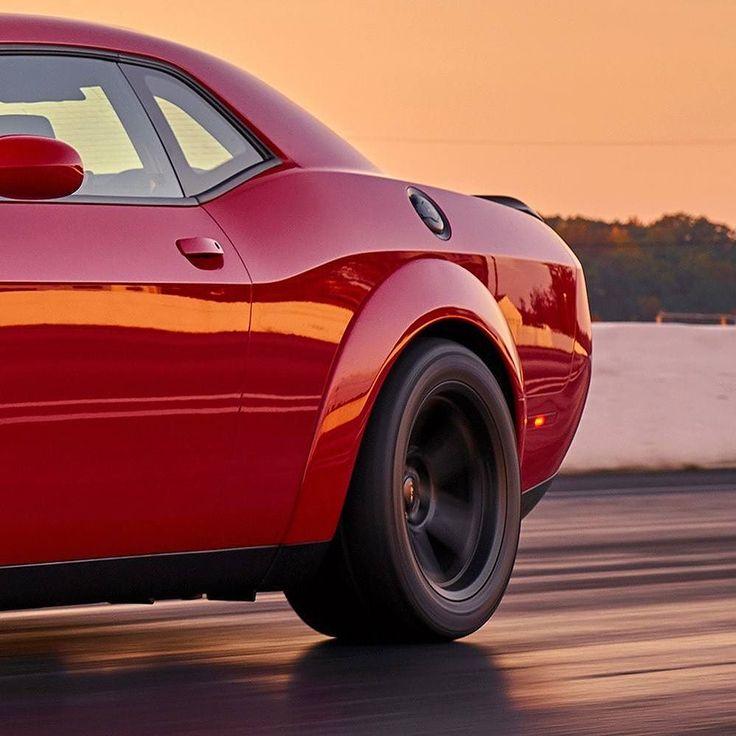 Dodge Challenger SRT Demon 2018: esse carro é o diabo! Marca apresentou sua nova criatura o muscle car de série mais poderoso até hoje feito da história! A Dodge colocou um motor 6.2 HEMI Demon V8 com 840 cavalos e 1043 Nm de torque o mais poderoso V8 de fábrica. A marca aponta performance de 0 a 100 km/h em apenas 2.3s deixando muita Ferrari e Lamborghini pra trás. Além disso é o carro de produção em série com o quarto de milha mais rápido do mundo com um tempo decorrido (ET) de 965…