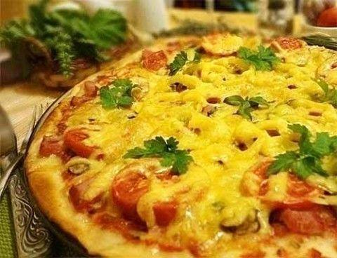 Тонкая итальянская пицца. Ингредиенты: Для тонкого теста:  - 100 гр. теплой воды; - 0,5 ч.л. сухих дрожжей; - по 1 чайной ложке сахара и соли; - 2 стакана просеянной муки; - 1 яйцо; - 2 ст. л. оливкового масла.  Для начинки: …