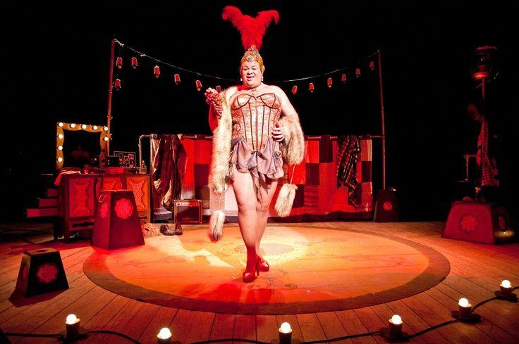 A tradição do circo se vê na mulher barbada, mágico, vedete, cantor, palhaço e outros personagens. Ingressos custam até R$ 10.