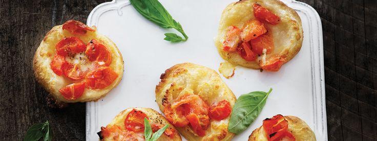 Et alternativ til pizza, der både går hurtigt - og hvor børnene kan være med i køkkenet. Find flere lækre italienske opskrifter på www.modernemamma.dk.