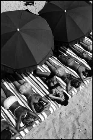 st. tropez, france—1959.  © elliott erwitt / magnum photos by Italiandipity