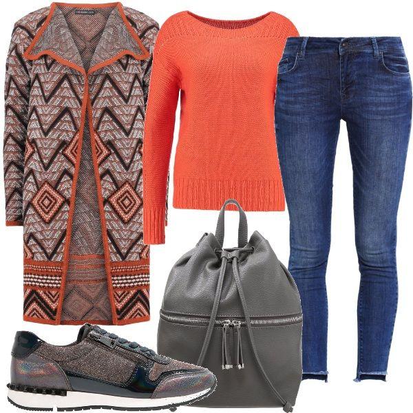 Il super cardigan lavorato con bordi arancioni, ben si adatta ad un semplice jeans con bordo a vivo maglioncino vitaminico, sneakers luccicanti e zaino grigio.