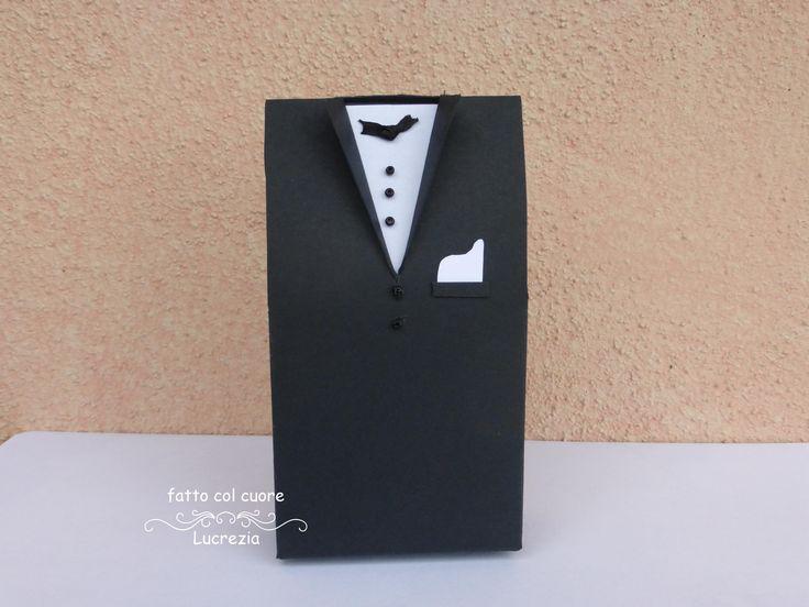 E dopo la bomboniera porta confetti a forma di abito da sposa, ecco quella a forma di abito da sposo. Come sempre all'interno verranno inseriti i confetti, il bigliettino con i nomi degli sposi e la data del matrimonio. Questo tipo di bomboniere, in genere, va ai parenti dello sposo.