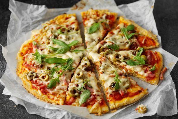 Gluteeniton pizzapohja onnistuu helposti käyttämällä gluteenitonta jauhoseosta.  http://www.valio.fi/reseptit/gluteeniton-pizza/ #resepti #ruoka