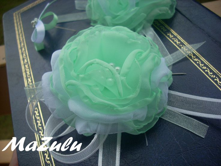 mentol pro družičky Ručne robené kvety pre družičky.... materiál - mušelín v odtieni mentol + v bielom, perličky v rovnakých odtieňoch, šifónová stuha v bielom a mentolovom odtieni... kvet veľkosť 8 cm