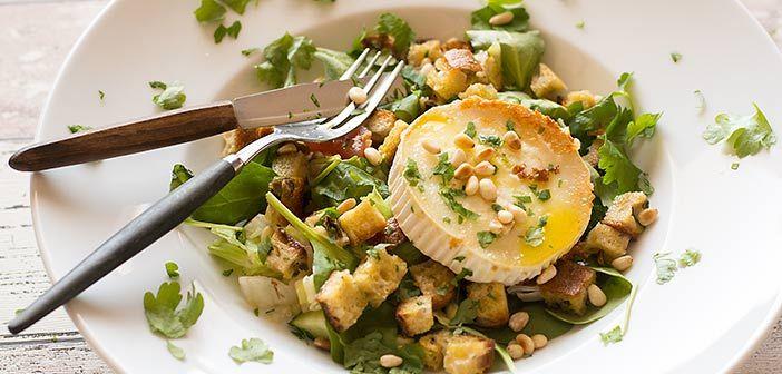 Vuohenjuustosalaatti on herkullinen ja varsin täyttävä ruoka esim. lounaaksi. Vuohenjuusto täytyy paistaa todella nopeasti pannulla, ettei se sula kokonaan.