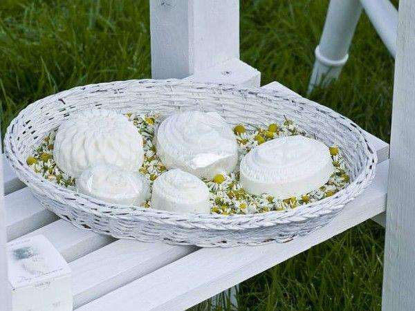 Conheça algumas receitas (fórmulas) de sabonetes artesanais que podem ser feitos em casa. Produzir seu próprio sabonete de forma artesanal não só beneficia sua beleza como também seu bolso: é possível fazer uma grande quantidade,...