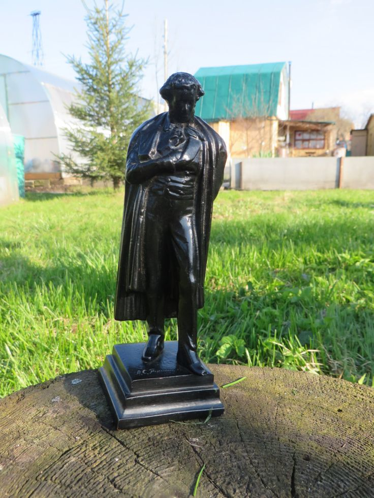Pushkin sculpture. Soviet art. Russian poet. Cast iron figurine. Soviet iron casting. Kasli Iron Art Cabinet sculpture Gift for booklovers.