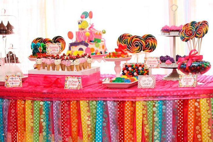 Mesa decorada com fitas (branco, azul e rosa)