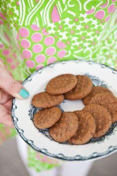 Småkakor är min melodi. De är goda och små, vilket innebär att man kan äta många. Här har jag bakat en variant på en kaka med choklad och kola.
