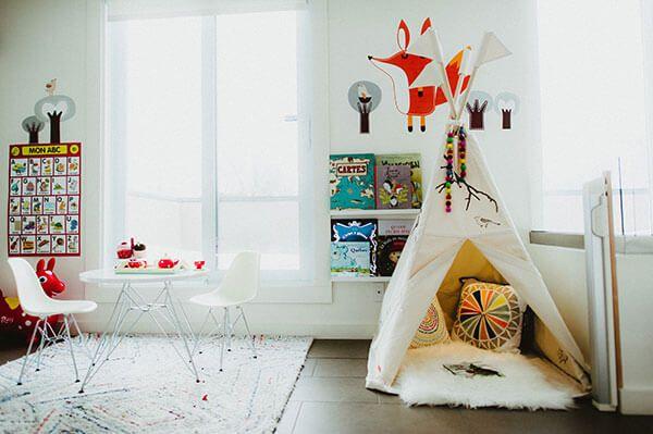 Salle de jeu pour enfants déco de plume pompon accessoires artisans québécois