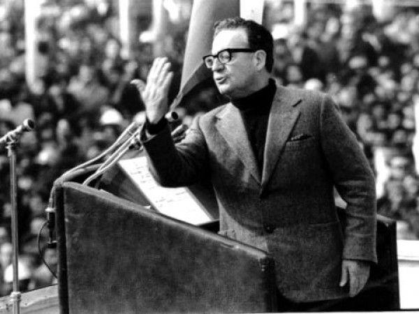 La fecunda vida política de Salvador Allende impulsó la construcción de la vía chilena al socialismo, basado en el pluralismo y la libertad. Veinticuatro años parlamentario, ministro de gobierno del Frente Popular Chileno, cuatro veces candidato a la Presidencia de República y finalmente, Presidente de Chile en 1970.